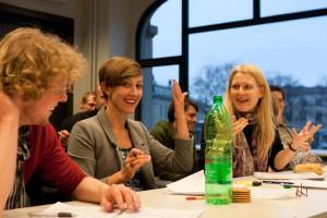 Wild gestikulierende Juroren (v.l.n.r.): Simeon Reusch und die Chefjurorinnen Dessislava Kirova und Andrea Gau beim Berlin Punk. (Foto: Manuel Adams)