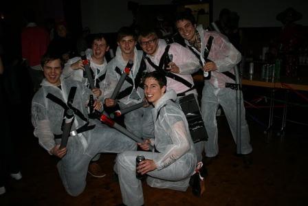 """Die Sieger der Herzen: Den besten Auftritt legten die Ghostbusters vom WFI Debattierclub Ingolstadt hin - dafür erhielten sie den ehrenwerten Preis als """"last team standing"""". (Foto: Ha Dinh Van)"""