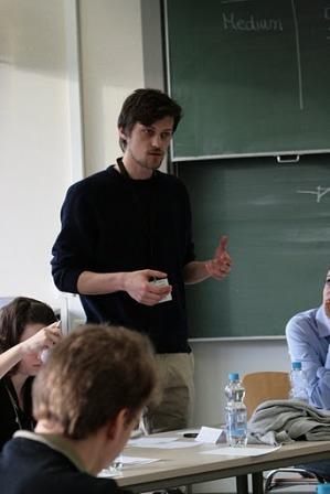 """""""Komm auf unsere Seite!"""" - Johannes Renzlohn vom Debating Club Heidelberg in einer Zwischenrede für seine Fraktion. (Foto: Ha Dinh Van)"""