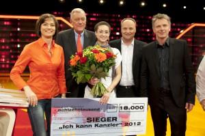 Ich kann Kanzler-Gewinnerin Allison Jones umringt von der Jury: Maybrit Illner, Michael Spreng, Oliver Welke und Jörg Pilawa, Foto: (C) ZDF, Max Kohr