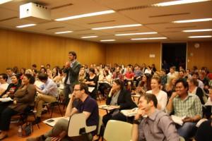 Ein vollbesetzter Hörsaal an der Universität Wien