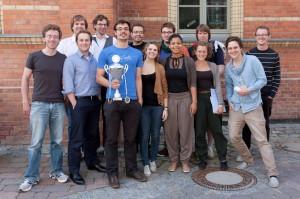 Die Delegation der BDU auf dem Boodencup in Greifwald mit dem Wanderpokal der Freien Debattierliga (c: Manuel Adams)