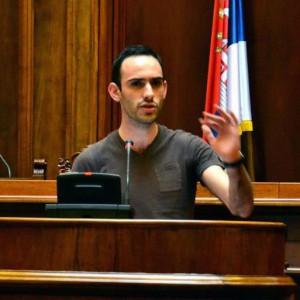 Joe Roussos, Debattierer aus Südafrika, redete im Finale der EUDC im serbischen Parlament. (Foto: Privat)