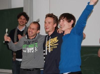 Meister der Späße 2013 mit Narrenkappen-Pokal: Konrad Gütschow, Nikos Bosse, Lennart Lokstein (v.l.n.r.) (c) Jacqueline Maier