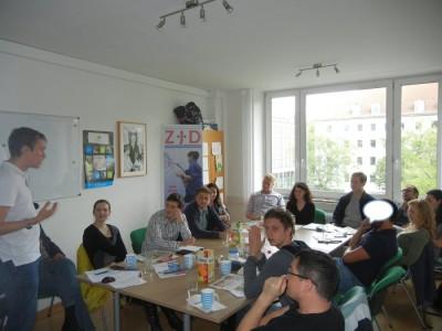 Andreas C. Lazar (l.) trainiert den Debattierclub Knesset in München (c) DC Knesset