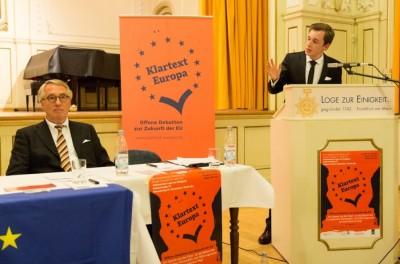 Sven Schuppener am Pult bei der Klartext Europa-Debatte Frankfurt (c) Henrik Maedler