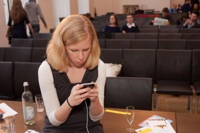 Konzentriert bei der Arbeit: Annette Kirste twitternd beim Finale der DDM 2013 (c) Manuel Adams
