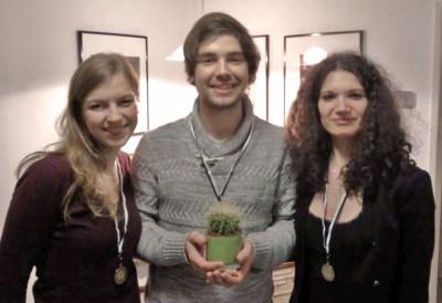 Sieger des zweiten Streitkultur-Cups 2013 mit der traditionellen Kaktus-Trophäe: Anne Suffel, Tobias Kube, Sarah Kempf (v.l.n.r.)