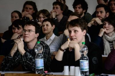 Aufmerksame Juroren Alexander Prinz (l.) und Philipp Schmidtke sowie Zuschauer im Finale des Marburger Geschichtsturniers 2014 (c) Jöran Beel