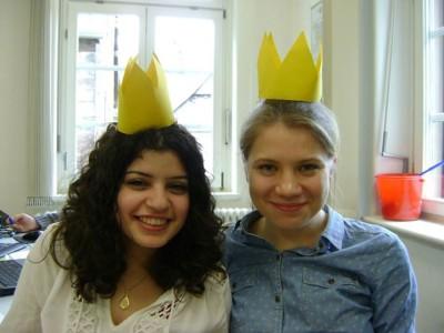 Gut gelaunte Helferinnen beim Geschichtsturnier in Marburg: Ranya Allouch (l.) und Anastasia Molchanowa (c) Sarah Jawaid