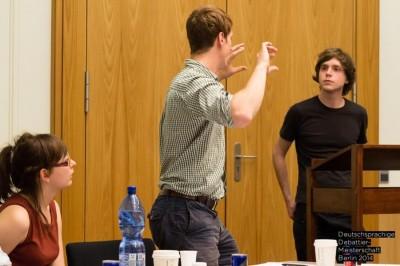 Jim Hirschman (l.) PoI zu Zoran Fijavz beim Finale in der Kategorie Deutsch als Fremdsprache (DaF) bei der DDM 2014 Berlin (c) Matthias Carcasona