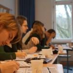 Konzentrierte Teilnehmer des Jurierseminars in Hamburg. © Sarah Kempf