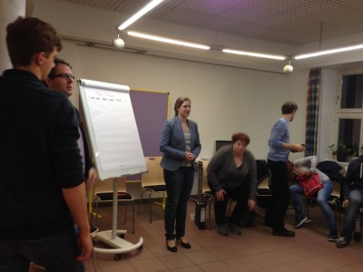 Freitag: Sarah begrüßt die Teilnehmer und stellt das Programm vor. (c) Saskia Höfer