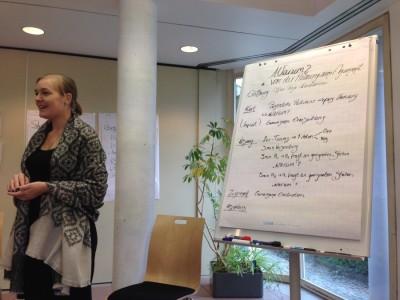 In 30 Minuten soll ein möglicher Ablauf einer Session zu einem beliebigen Thema vorgestellt werden. Elisabeth präsentiert ihr Thema. (c) Saskia Höfer