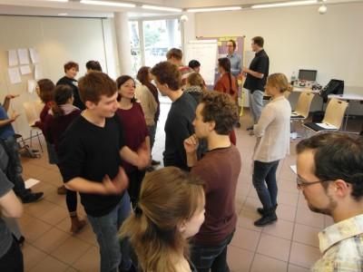 Warm-Ups direkt nach dem Frühstück machen müde (Master-)Trainer munter. Die Teilnehmer achten dabei auf den Impuls, den einer in der Gruppe vorgibt. (c) Thore Wojke