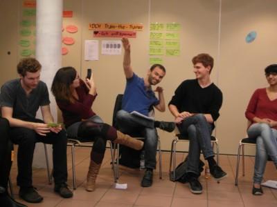 Christian tut es ihm nach. Seine Geste möchte sagen, dass er seine Ziele besser verfolgen will. (c) Thore Wojke