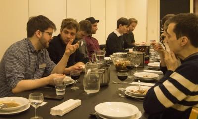 Austausch beim Abendessen