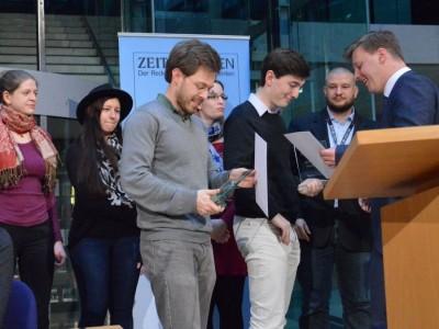 Konrad Gütschow (links) und Lennart Lokstein erhalten ihre Trophäe nach ihrem Sieg bei der ZEIT DEBATTE Berlin 2016 (c) Anna Mattes