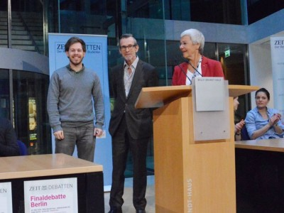Konrad Gütschow erhält auf der ZEIT DEBATTE Berlin den Preis für die beste Rede im Finale. Die Laudatio hielten Ulrich Matthes (Mitte) und Gabriele Krone-Schmalz (c) Anna Mattes