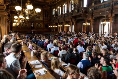 Voll besetzter Finalraum in der Alten Aula der Ruprecht-Karls-Universität Heidelberg - © Matthias Carcassona
