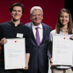 Christian König (l.) und Merle Paulick mit Joachim Gauck © Jugend debattiert/Hertie-Stiftung