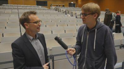 Erik Thierolf befragt einen Professor. - © Debatiergesellschaft Jena e.V.