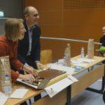 Die siegreichen Professoren verteilen den Kuchen. - © Debatiergesellschaft Jena e.V.
