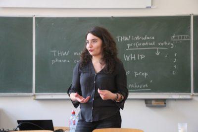 Trainerin Melda Eren gibt einen Workshop © Debating Club Heidelberg