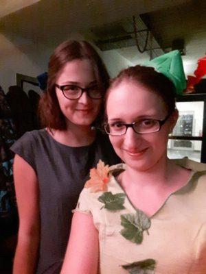 Die Autorinnen der Rezension: Lara Tarbuk (lnks) und Tanja Strukelj (rechts) im alternativen Dresscode - © privat