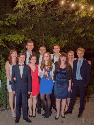 Angélique Herrler (Mitte) und der Debating Club Heidelberg nach der Preisverleihung - © Sophie Lenk
