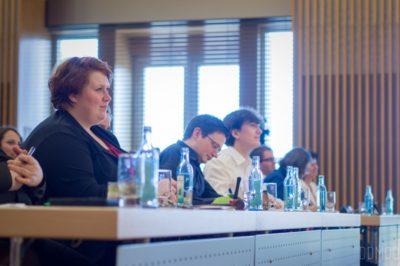 Jule Biefeld (links) beim Finale der Deutschsprachigen Debattiermeisterschaft 2017 - © Severin Wünsch