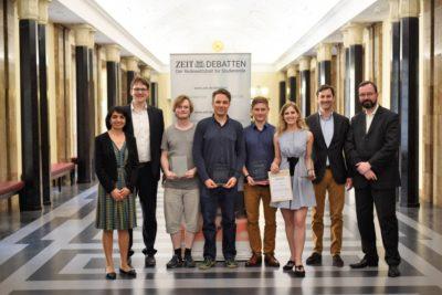 Das Siegerteam, die beste Finalrednerin und die Ehrenjury - © Carolin Albers