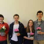 Mit diesem Team ist sehr wohl ein Topf Blumen zu gewinnen! Lennart Lokstein (beste Finalrede) mit dem Siegerteam aus Johannes Meiborg, Angelique Herrler und Benedikt Rennekamp (v.l.n.r.) - © Die Rederei e.V.