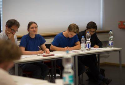 Während der Debatte ist es fast schon egal, wer eigentlich der/die Altdebattant/in ist: konzentriert sind alle - © Peter Tekaat