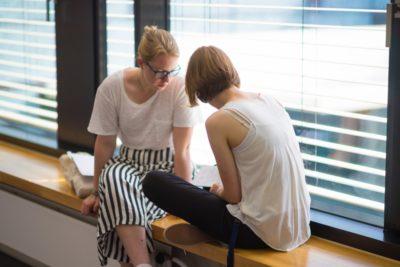 Vroni (links) mit ihrer Schwester Maria während der Vorbereitungszeit - © Peter Tekaat