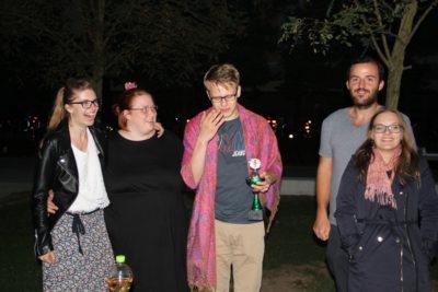 Das Siegerteam Felicitas Strauch, Jule Biefeld, Christoph Tovar sowie die Chefjuroren Christopher Gack und Sibylla Jenner - © DC Hannover