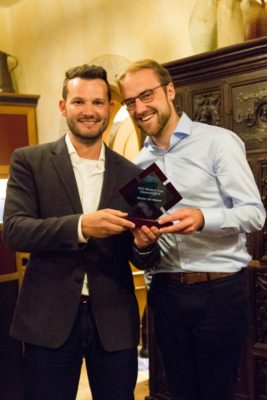 Manuel Adams übergibt den Pokal an den neuen Master aller Master Lukas Haffert © Matthias Carcasona