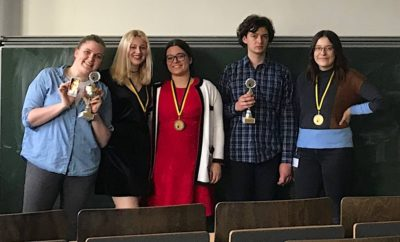From left to right: Winners of the Open Final (Lucy Murphy, partner Dawid Bartkowiak missing) and the Novice Final (Marina Kojić & Mira Eberdorfer), best speaker Tin Puljić and best novice speaker Louisa Broeg - (c) Debattierclub München